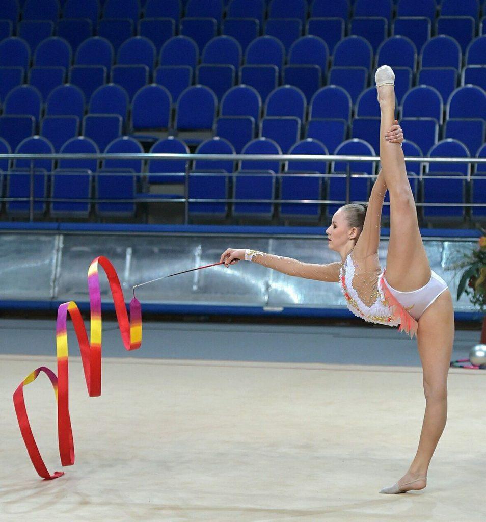 Гимнастка с тренером в душе